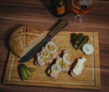 Brotzeit mit selbst gebackenem Brot aus dem DutchOven