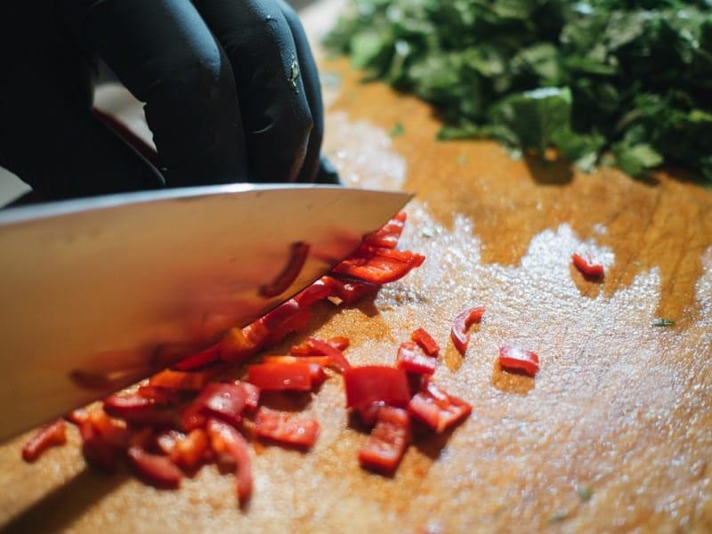 Chili werden geschnitten