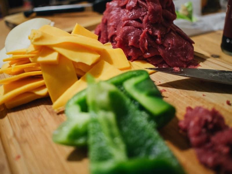 geschnittenen-zutaten-philly-cheesesteak